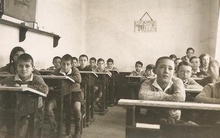 Un aula de la Institución Libre de Enseñanza. enero de 1933. Fotografía de Vicente Sos. Cortesía de Alejandro Sos Paradinas. Ilustra el capítulo de Santos Casado en el libro Aulas modernas.