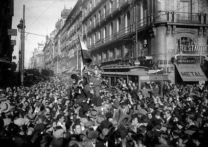 14 abril de 1931. El pueblo de Madrid se echa a la calle para celebrar la proclamación de la Segunda República. (Fotografía: Luis Ramón Marín) // Nuevatribuna.es