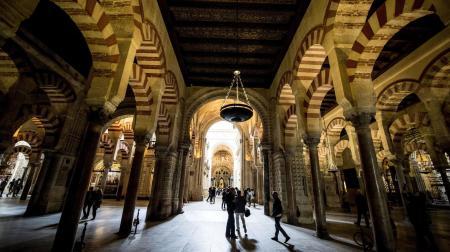 turistas recorren los pasillos de la Mezquita-Catedral de Córdoba. (EFE).  Vía El Confidencial