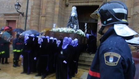 Bomberos escoltan una imagen. // PABLO LORENZANA // Asturias24