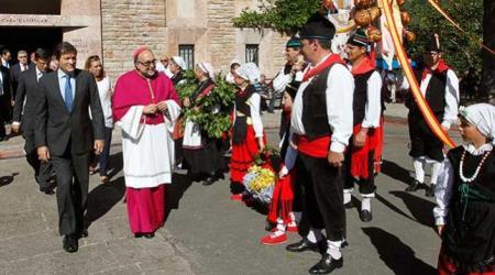 El Presidente del principado con el Arzobispo en Covadonga el 8 de septiembre de 2014 / Foto LNE (EFE)