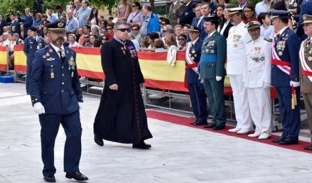 sotana-capellan-desfile-Sevilla-2015