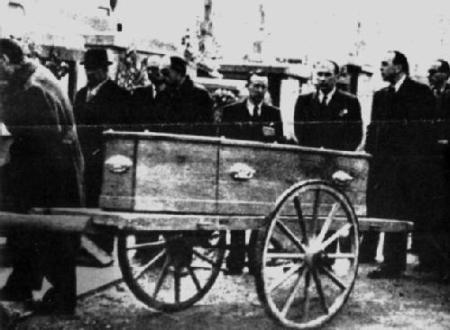 Féretro de Manuel Azaña, en su traslado al cementerio de Montauban,