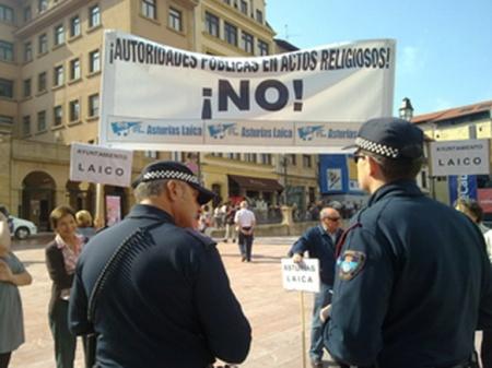 Policía municipal identificándonos por el hecho de llevar una pancarta