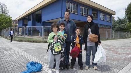 Saadia Bechenini y Abdelkader Kaddour Chikh, con sus hijos. // Daniel Mora