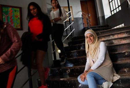 Zina Sabbagh, en las escaleras del Instituto Doña Jimena, en Gijón. Juan Plaza