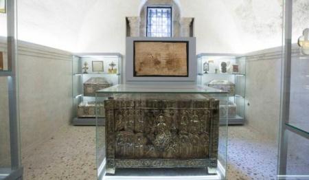 El Arca Santa, expuesta en la Cámara Santa de la Catedral de Oviedo.15 de junio, LNE