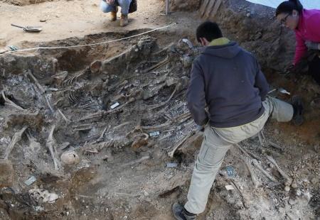 Ana visita la fosa común del cementerio del carmen donde podrían estar los restos de un familiar gvillamil