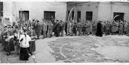 Procesión Domingo de Ramos en el patio del Colegio Fray Luis de León. Años 50.