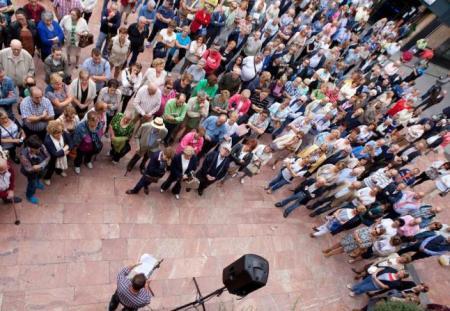Vecinos asistentes a la lectura del manifiesto, con Julio González en primer término. LNE