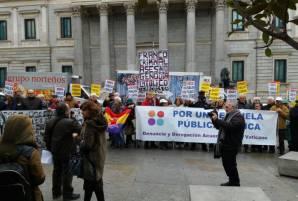 concenracion-firmas-escuela-Congreso-Madrid-2017-d