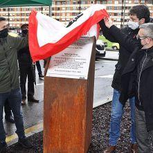 Por la izquierda, Juan Chaves, Alberto Ferrao y José Carlos Fernández Sarasola, descubriendo la placa. | J. Plaza | J. PLAZA / LNE