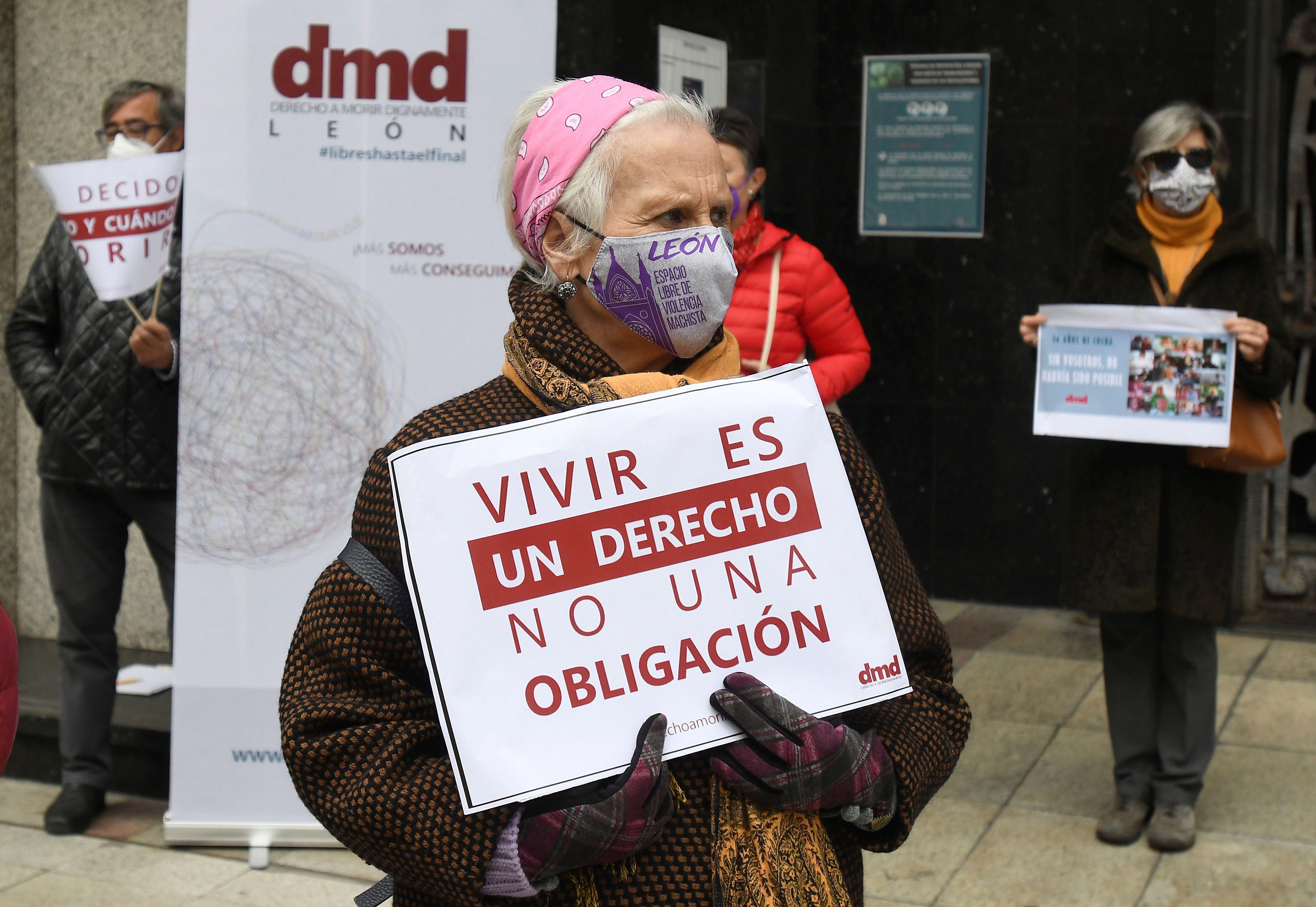 Concentración ante el ayuntamiento de León en apoyo a la Ley de Eutanasia