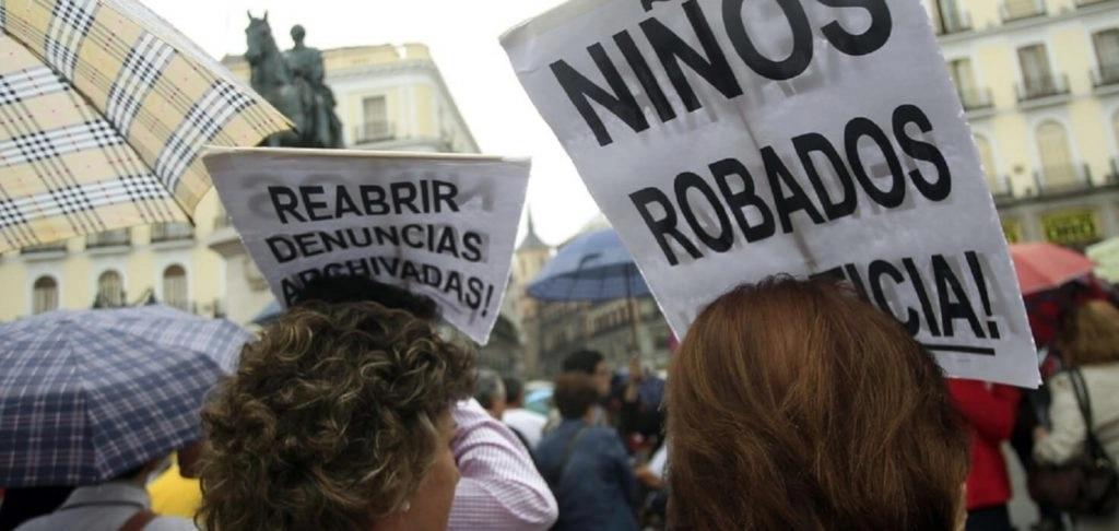 Manifestacion_en_la_Puerta_del_Sol_para_protestar_por_el_archivo_de_algunos_casos_de_ninos_robados._19_de_octubre_de_2013._EFE_Victor_Lerena_cabecera-1024x486