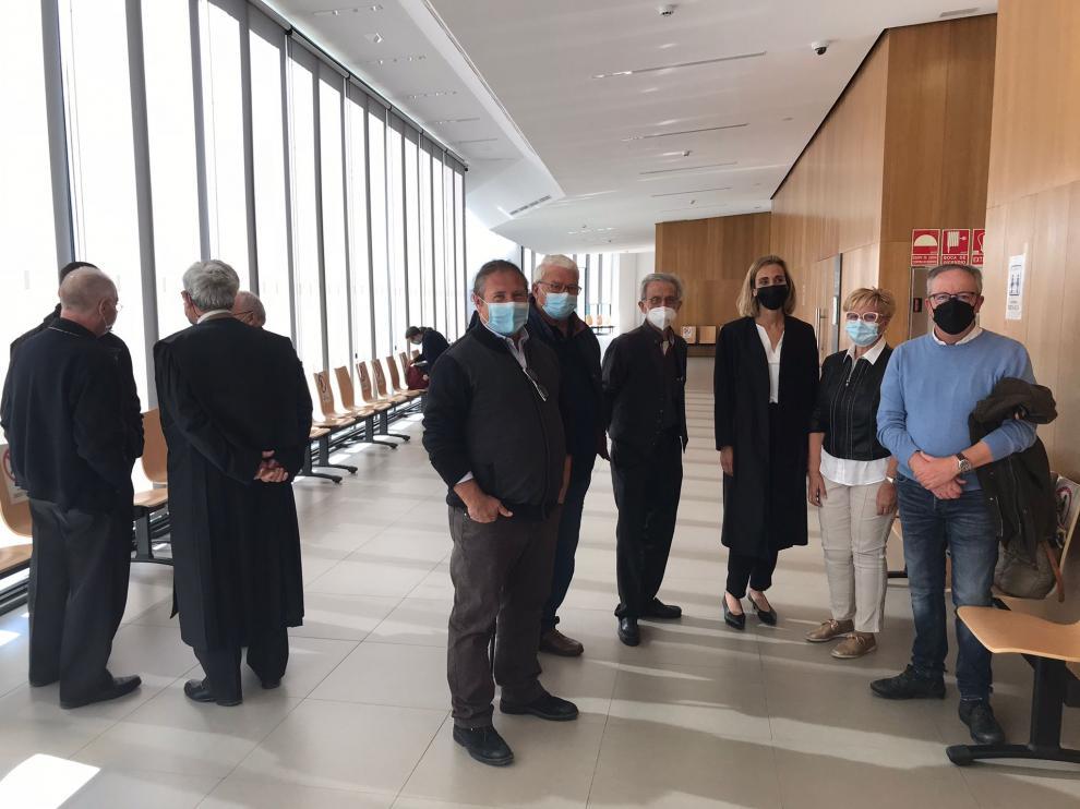 en-el-centro-el-alcalde-de-alberuela-de-tubo-jose-manuel-penella-junto-a-otros-testigos-aportados-por-la-letrada-del-ayuntamiento-antes-de-entrar-al-juicio-a-la-derecha-representantes-de-la-diocesis