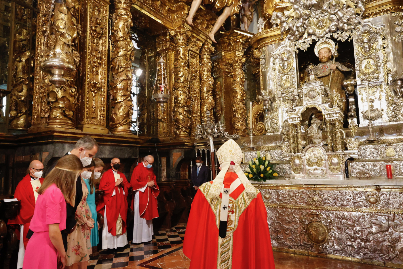 Momento de recogimiento ante la estatua del Apóstol Santiago